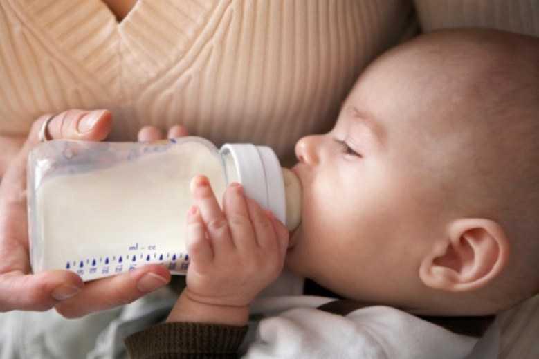 Как правильно кормить новорожденного из бутылочки смесью, молоком