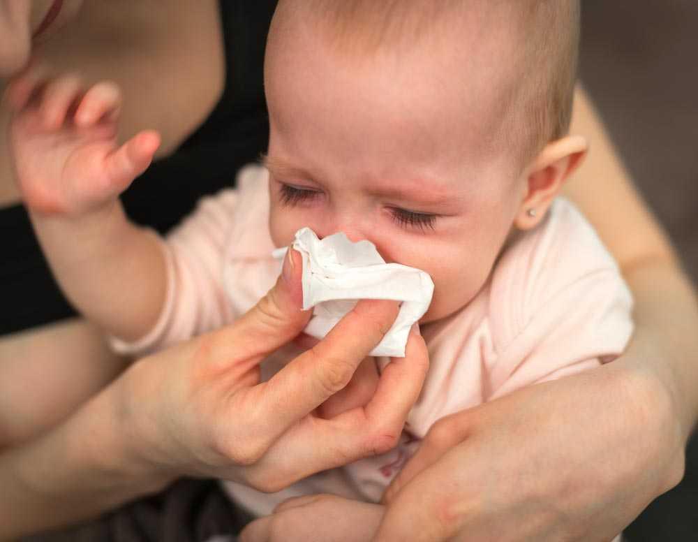 Грудничок часто чихает: причины и лечение