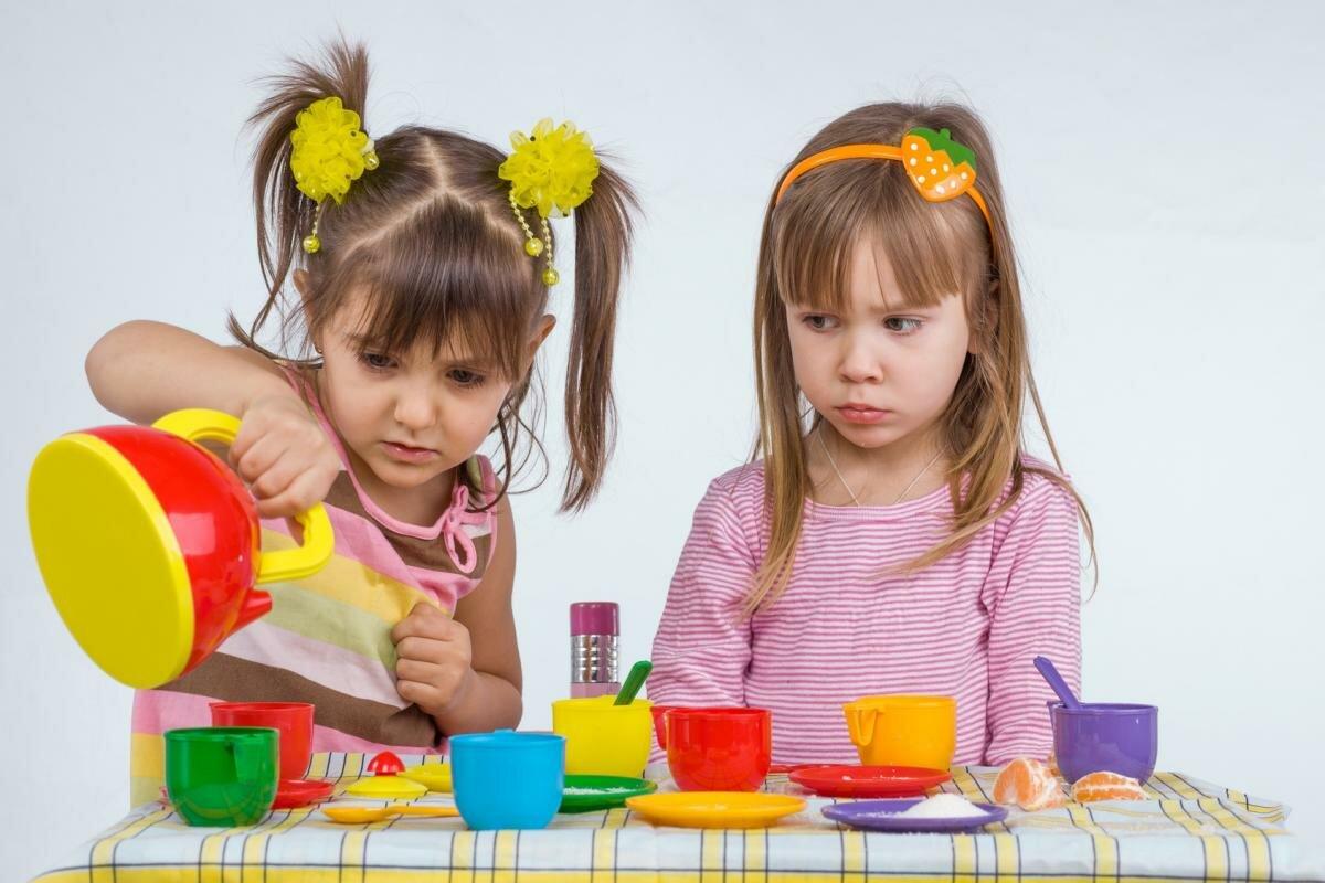 Должен ли ребенок делиться игрушками с другими детьми . милая я