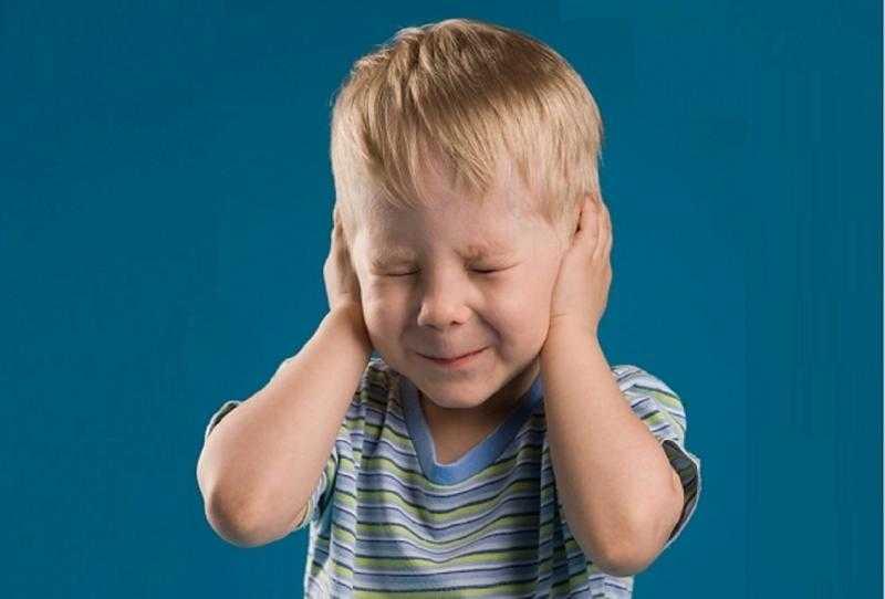 Почему ребенок боится громких звуков и что делать в этом случае