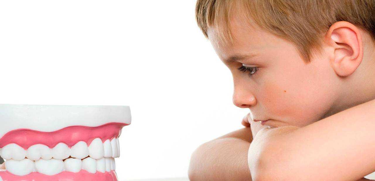 Ребенок скрипит зубами во сне, причины, мнение комаровского