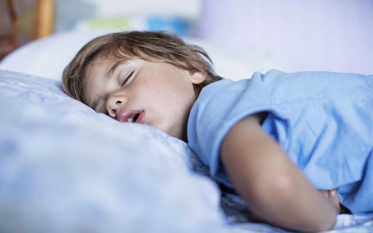Новорожденный плохо спит: почему у ребенка нарушается режим сна, мало спит днем или ночью (грудничок или старшего возраста), возможные причины, что делать и как помочь малышу