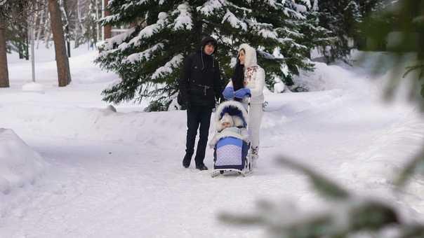 С какого возраста можно гулять с новорожденным?   wmj.ru