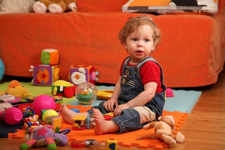 Ребенок от 1 до 3: почему он дерется и кидается игрушками. наш ребенок.