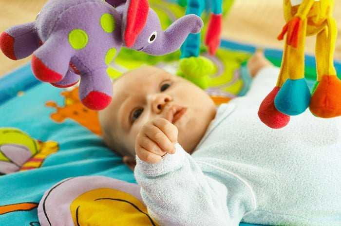 Погремушки для новорожденных: когда ребенок начинает реагировать и играть - грудничок
