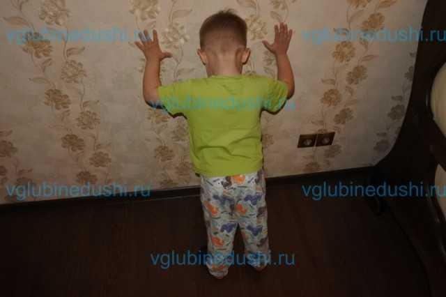 Ребенок бьется головой об пол, стену, психует — что делать