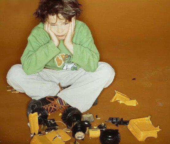 Ребенок бросает игрушки, устала ему объяснять(((