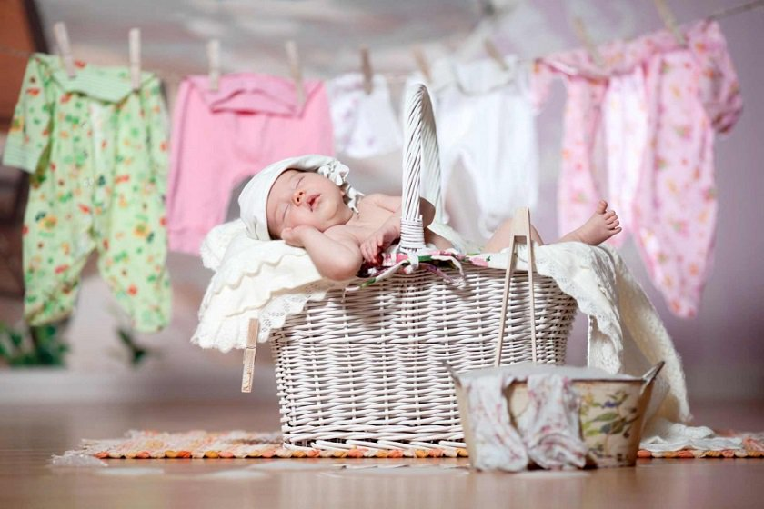 Как стирать детские вещи и пеленки: на каком режиме, температуре, можно ли со взрослыми, чем лучше, как правильно выводить старые, желтые пятна?