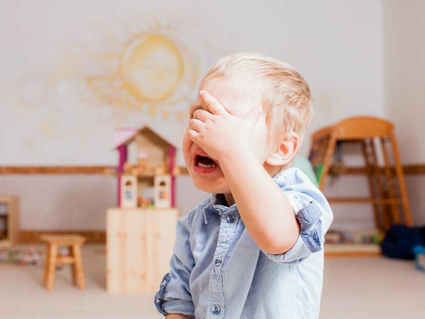 Ребенок не хочет идти в садик: почему плачет и не желает ходить, что делать, если истерит, отказывается одеваться, заниматься в детском учреждении, нужно ли водить?