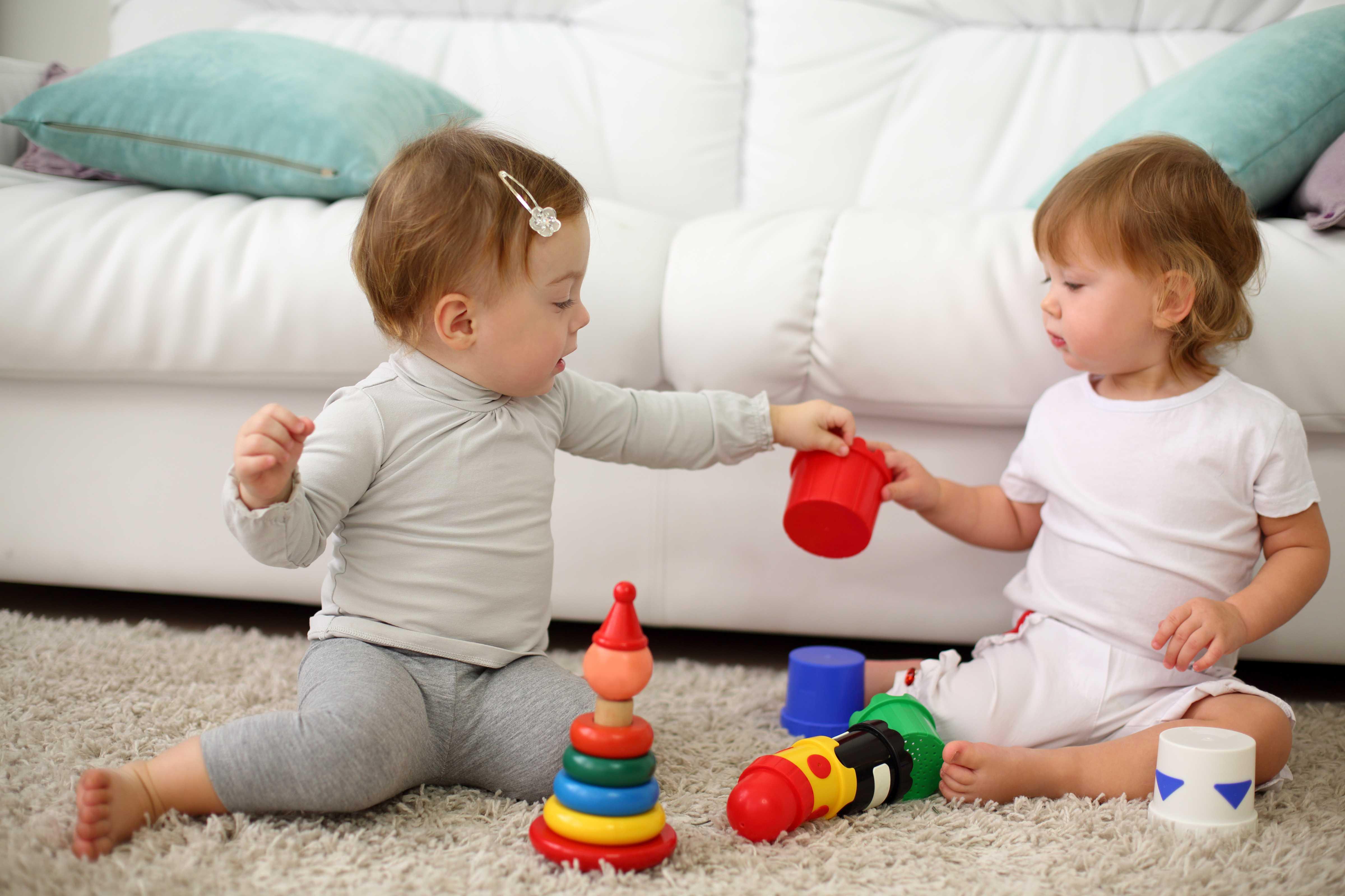 """Должен ли ребенок делиться игрушками? - все статьи  - статьи - """"помощь детям"""" - детская психология для родителей"""