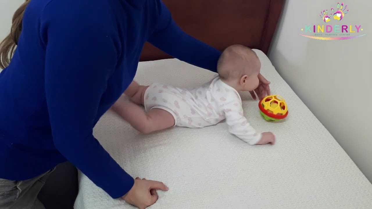 Учим ребенка переворачиваться с живота на спину и обратно