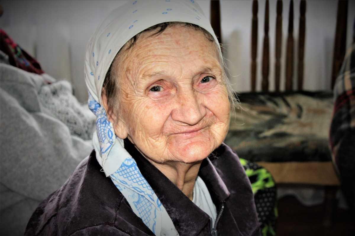 Бабушки и дедушки вместо родителей: материальная поддержка