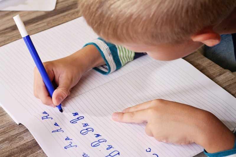 Нужно ли учить ребенка писать до школы?