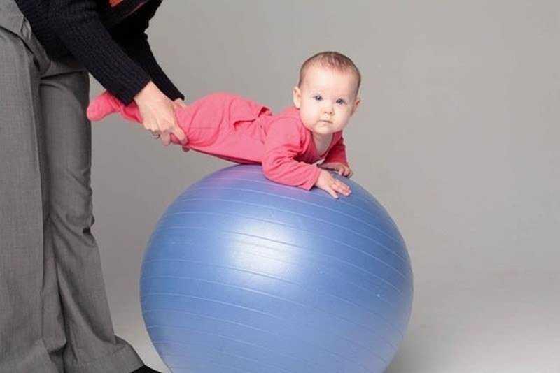Гимнастика на мяче для грудничков 4 месяца