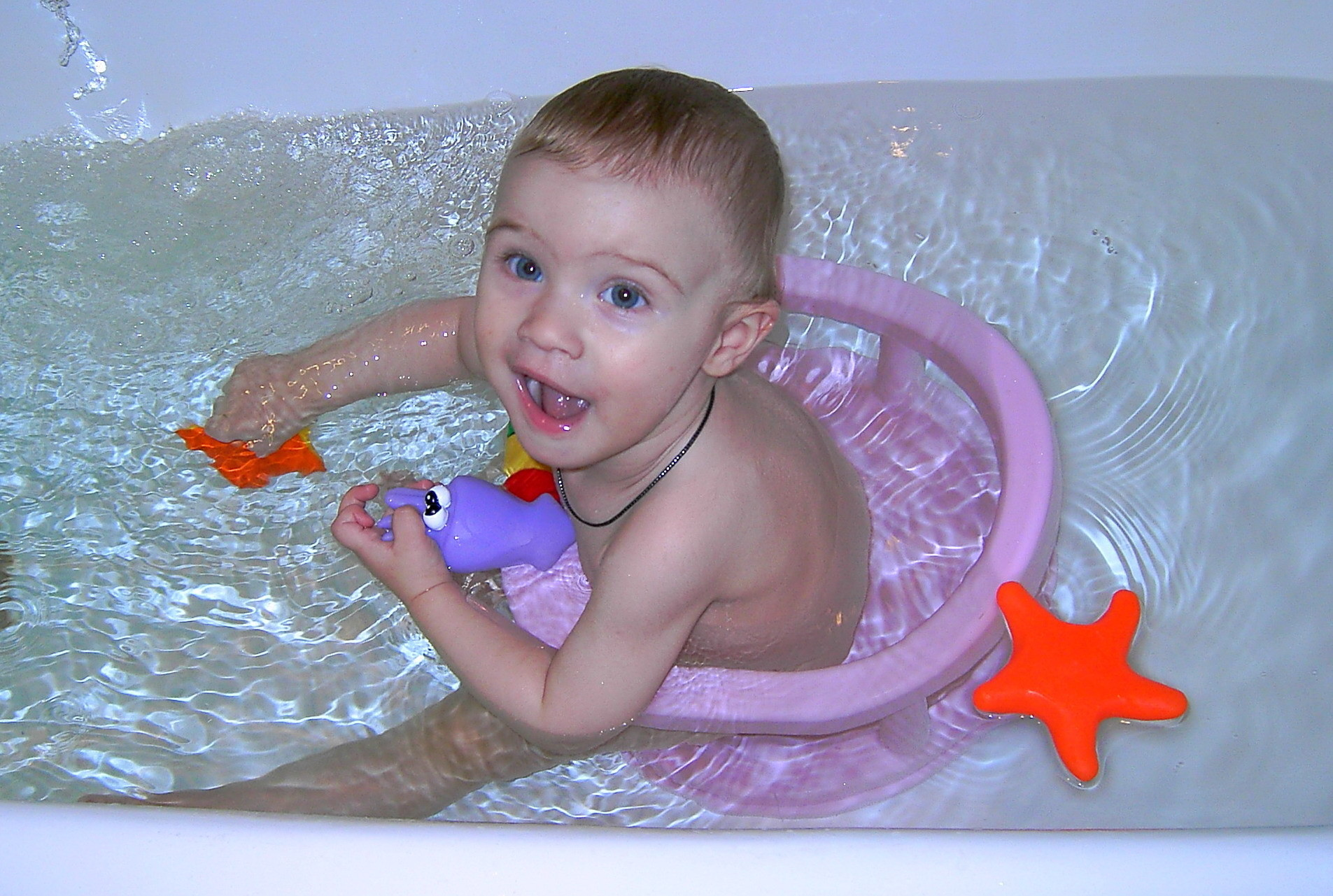 Топ-7 лучших стульчиков для купания малыша в ванной