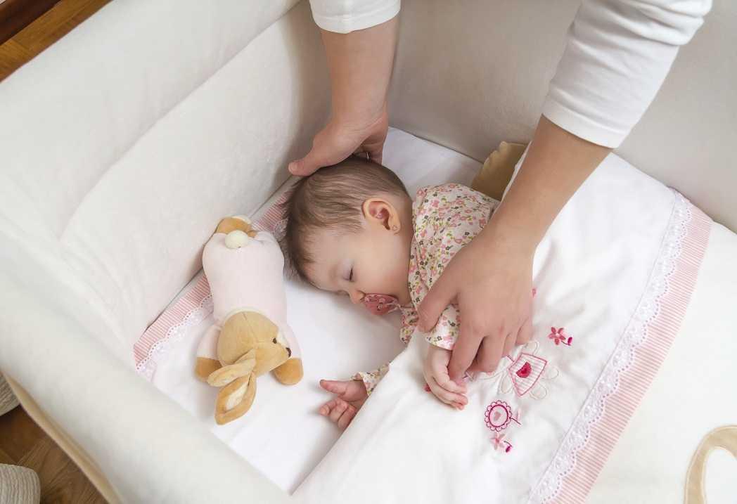Почему ребёнок спит только на маминых руках и как исправить эту ситуацию? ребенок спит только на руках, а положишь просыпается: проблема или нет как переложить малыша в кроватку