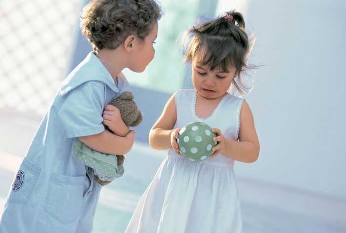 Должен ли ребенок делиться своими игрушками?