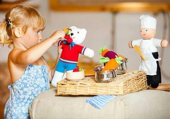 Ребёнок ломает игрушки: стоит ли ругать его за это?