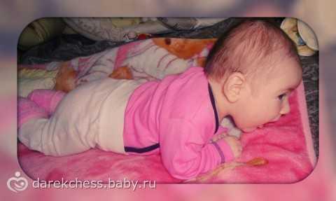 Почему малыш в 4 месяца плохо держит голову