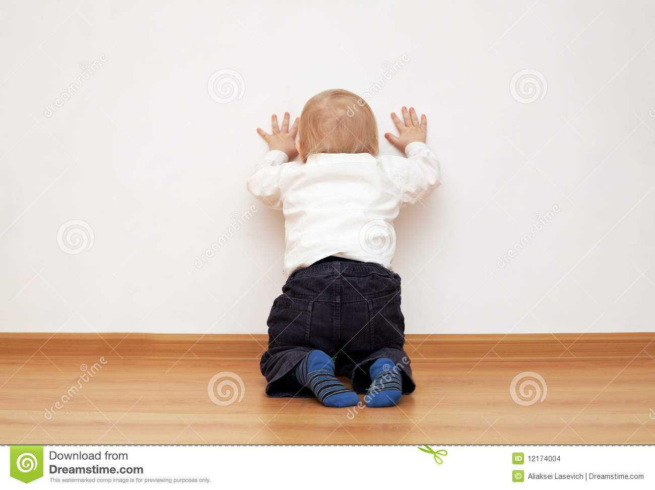 Ребенок бьется головой: причины истерики, как отучить?