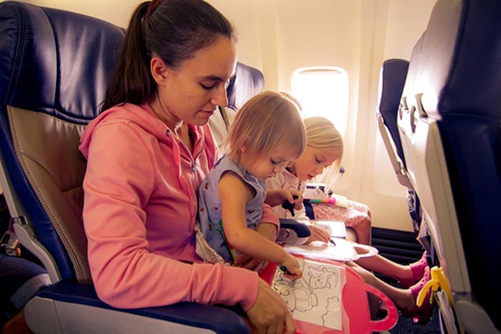 Поездка в поезде с ребенком, советы что взять, чем развлечь