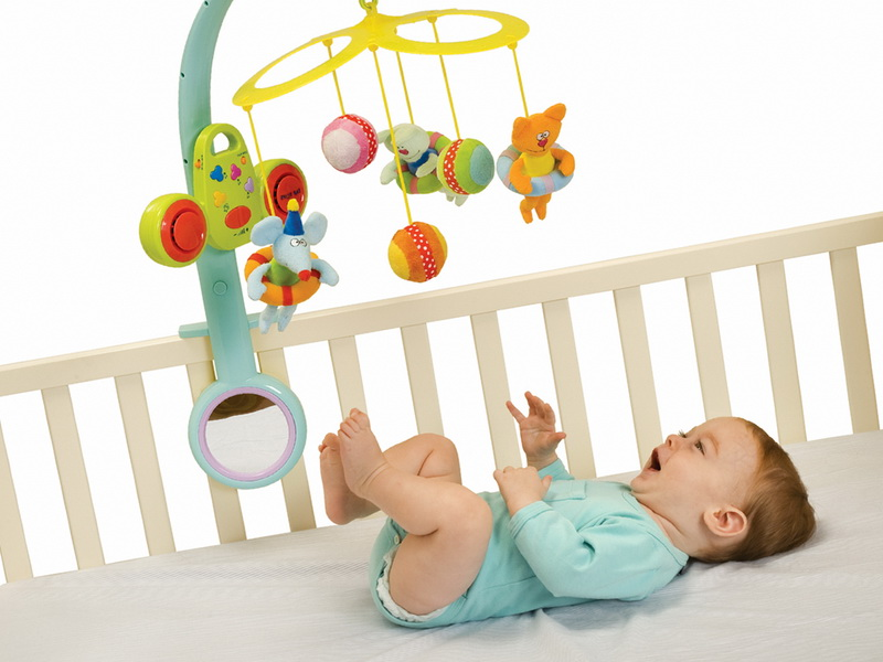 Когда новорожденный начинает реагировать на погремушку и играть, как сделать своими руками