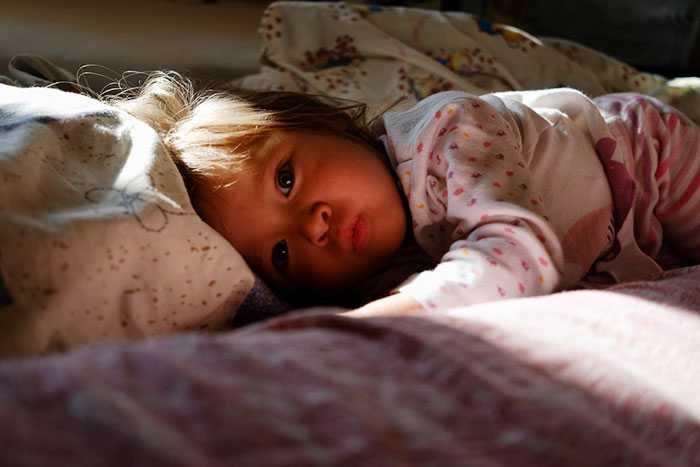 Ребенок спит только на руках, а положишь просыпается — проблема или нет. как отучить новорожденного грудничка спать только на руках у родителей? переходим от бесконечного укачивания к самостоятельному засыпанию в кроватке