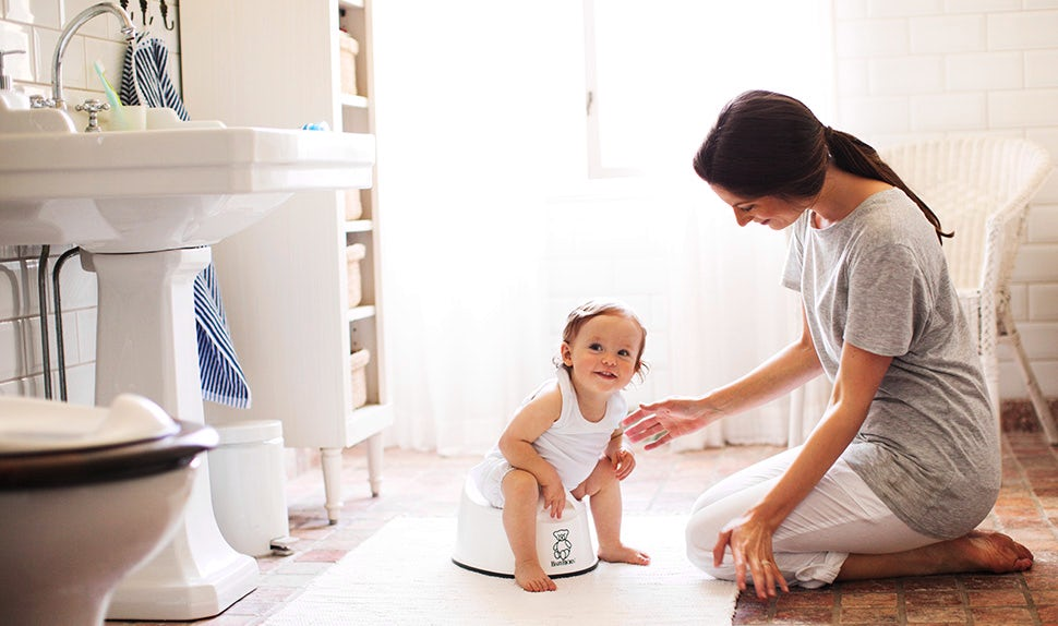 Как в 2 года приучить ребенка к горшку? если двухлетний мальчик не ходит в туалет, как научить и что делать, если малыш не хочет садиться на гигиеническую конструкцию