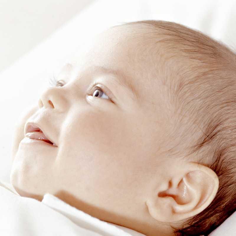 Когда новорожденный начинает видеть и слышать: зрение и слух