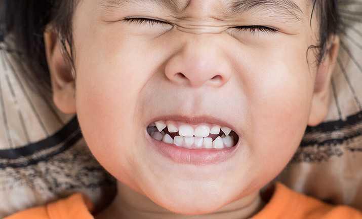Ребенок скрипит зубами во сне: причины и следствия