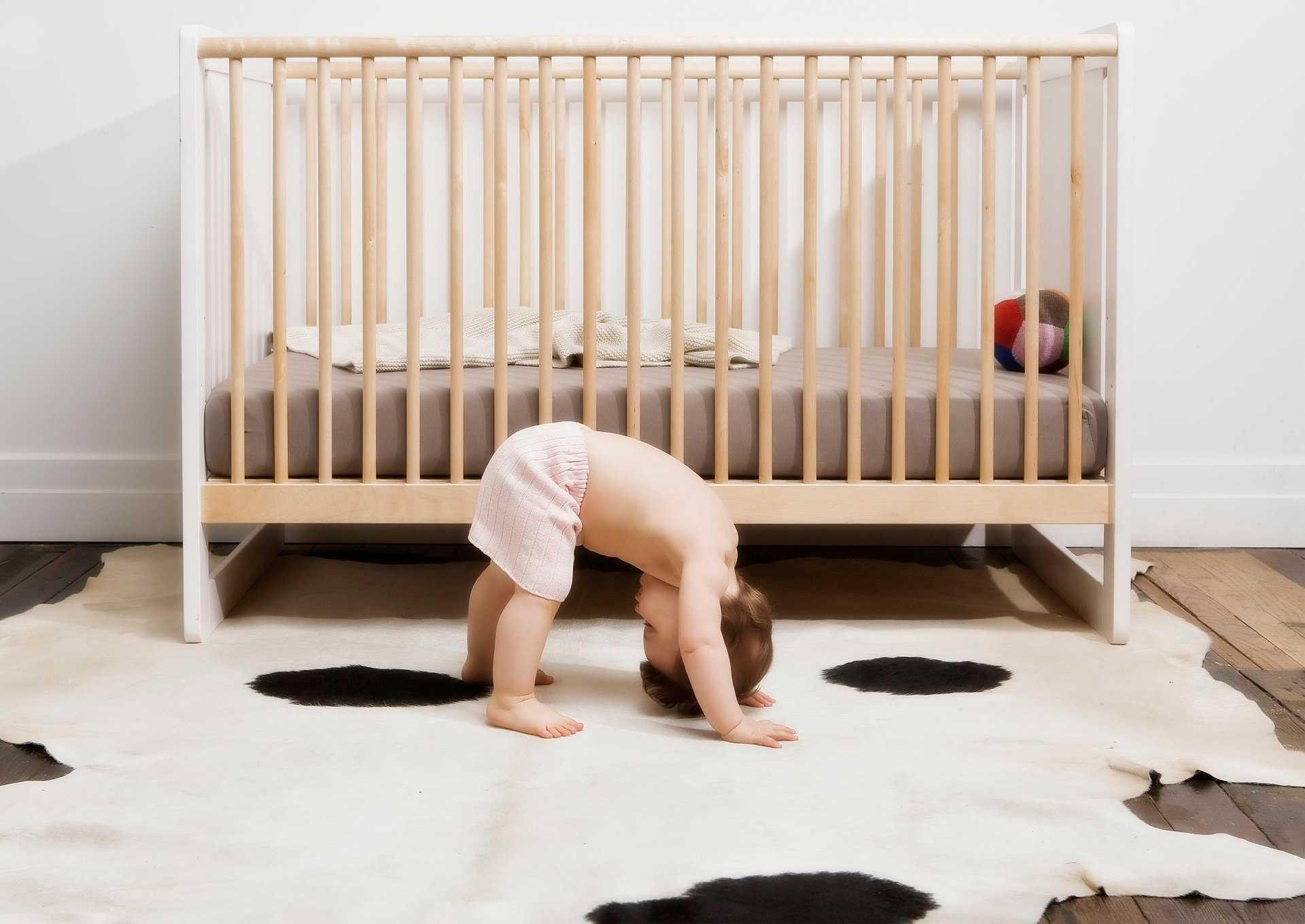 Как правильно брать новорожденного