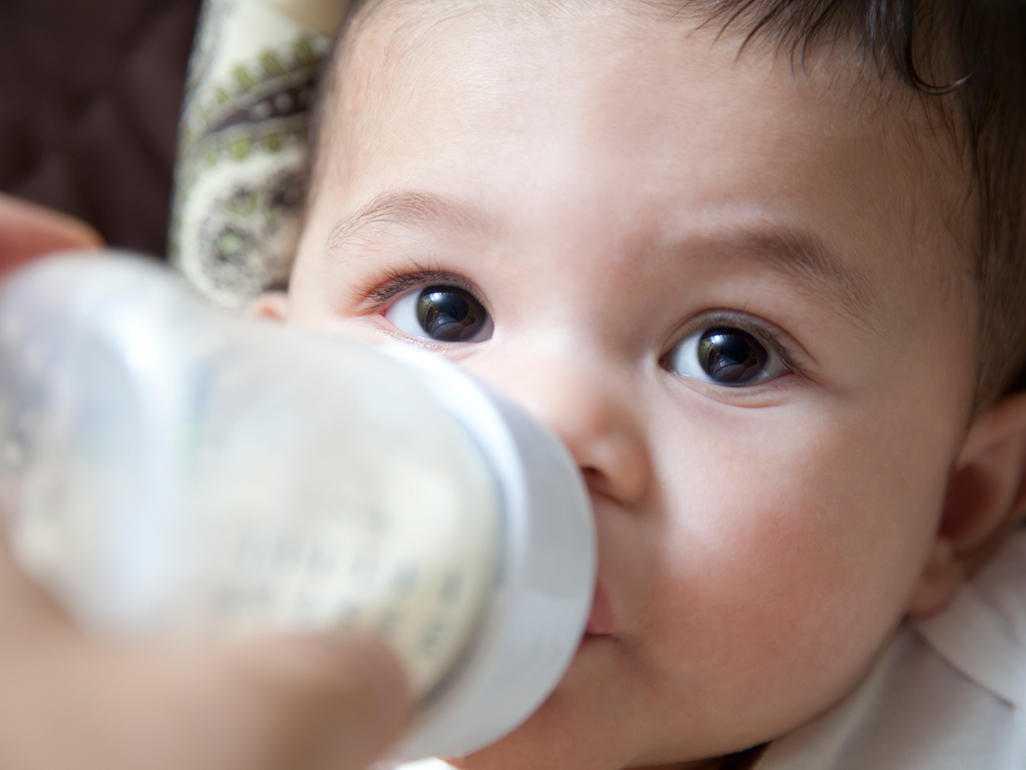 Грудной ребёнок отказывается от смеси: причины и что делать