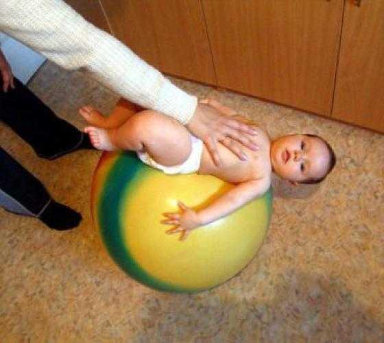 Упражнения на фитболе для грудничков: зачем они нужны и как правильно их проводить