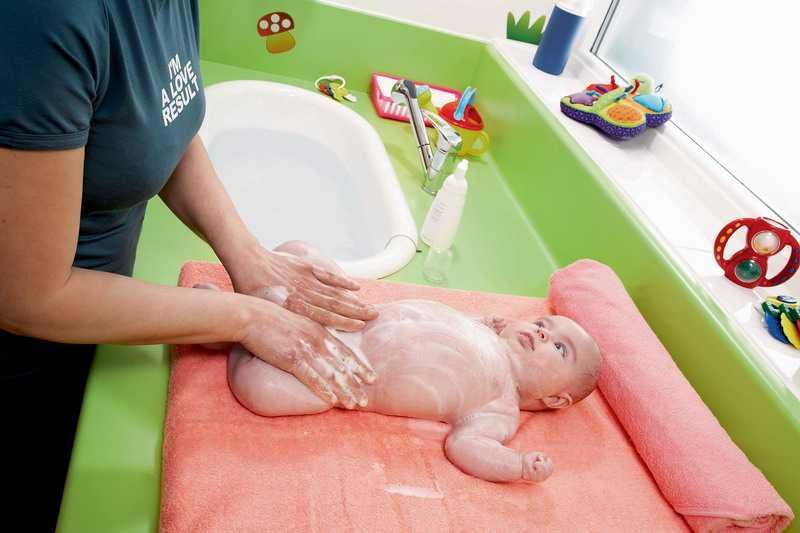 Ромашка для купания новорожденных или грудничков: как заварить, сколько добавлять, как правильно купать ребенка в подобном растворе и другие вопросы