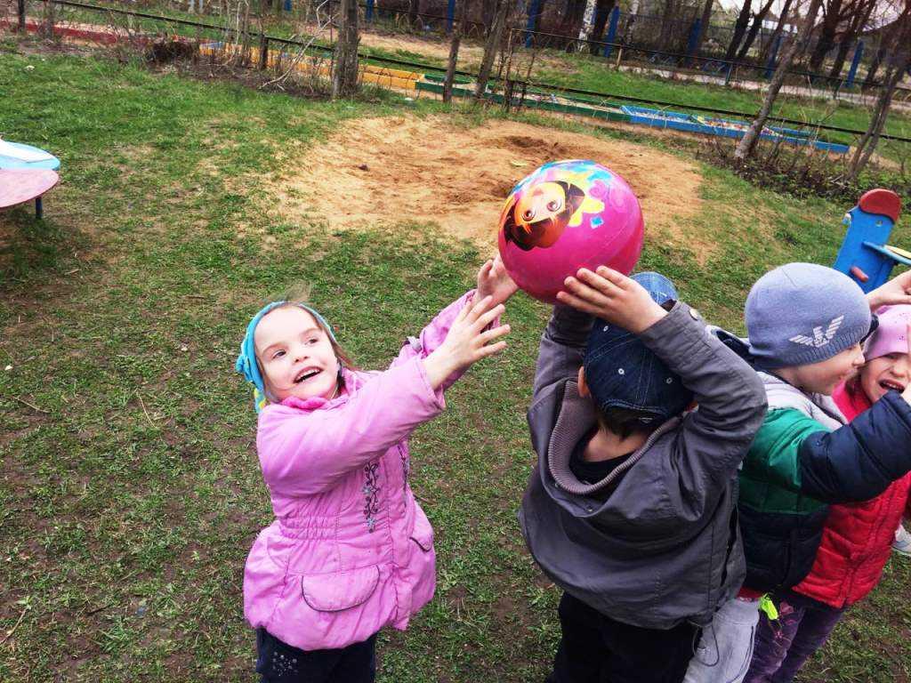 Подвижные игры для детей 3-4 лет на свежем воздухе с участием взрослых и без них