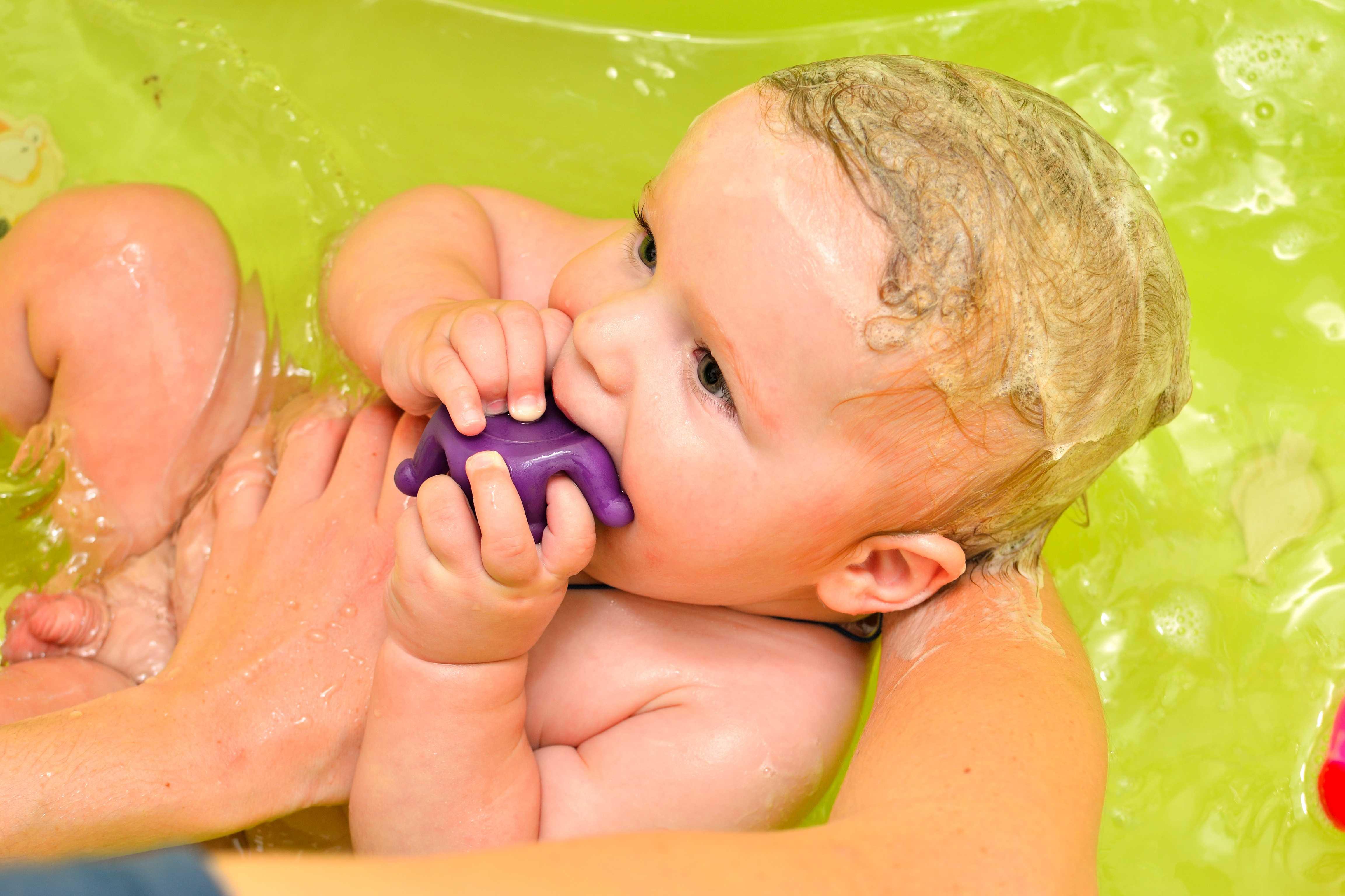 Купание новорожденных: в какое время лучше, можно после или до кормления
