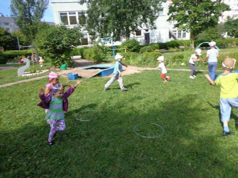 Веселые подвижные игры для детей на улице осенью