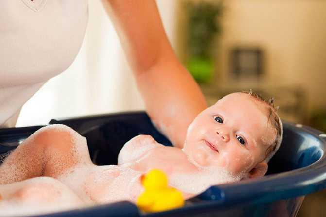 Когда и как моют голову новорожденному?