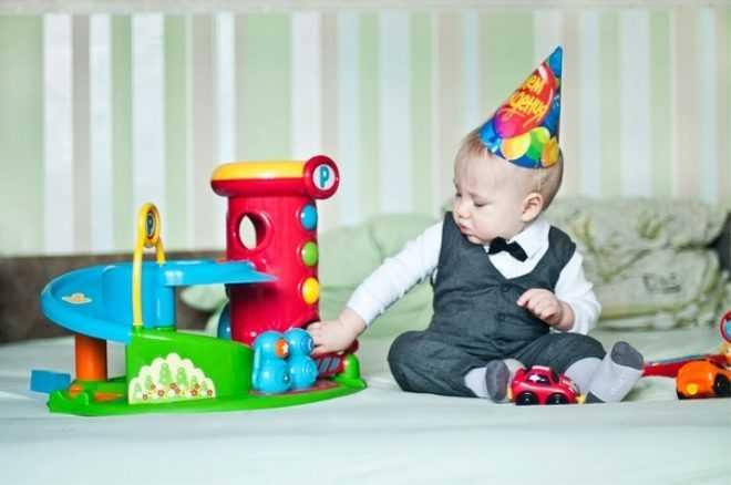 Что подарить ребенку-мальчику на 1 год на день рождения для игры и для души на память