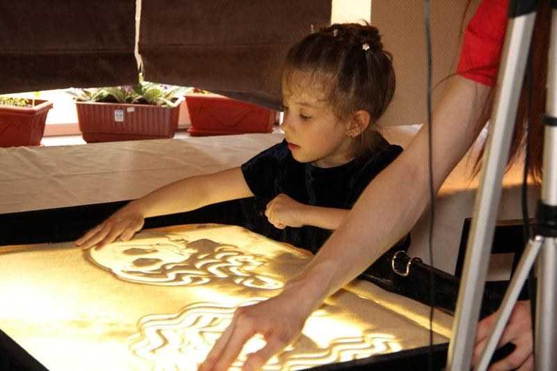 Рисование песком на световых столах для детей: мастер-класс