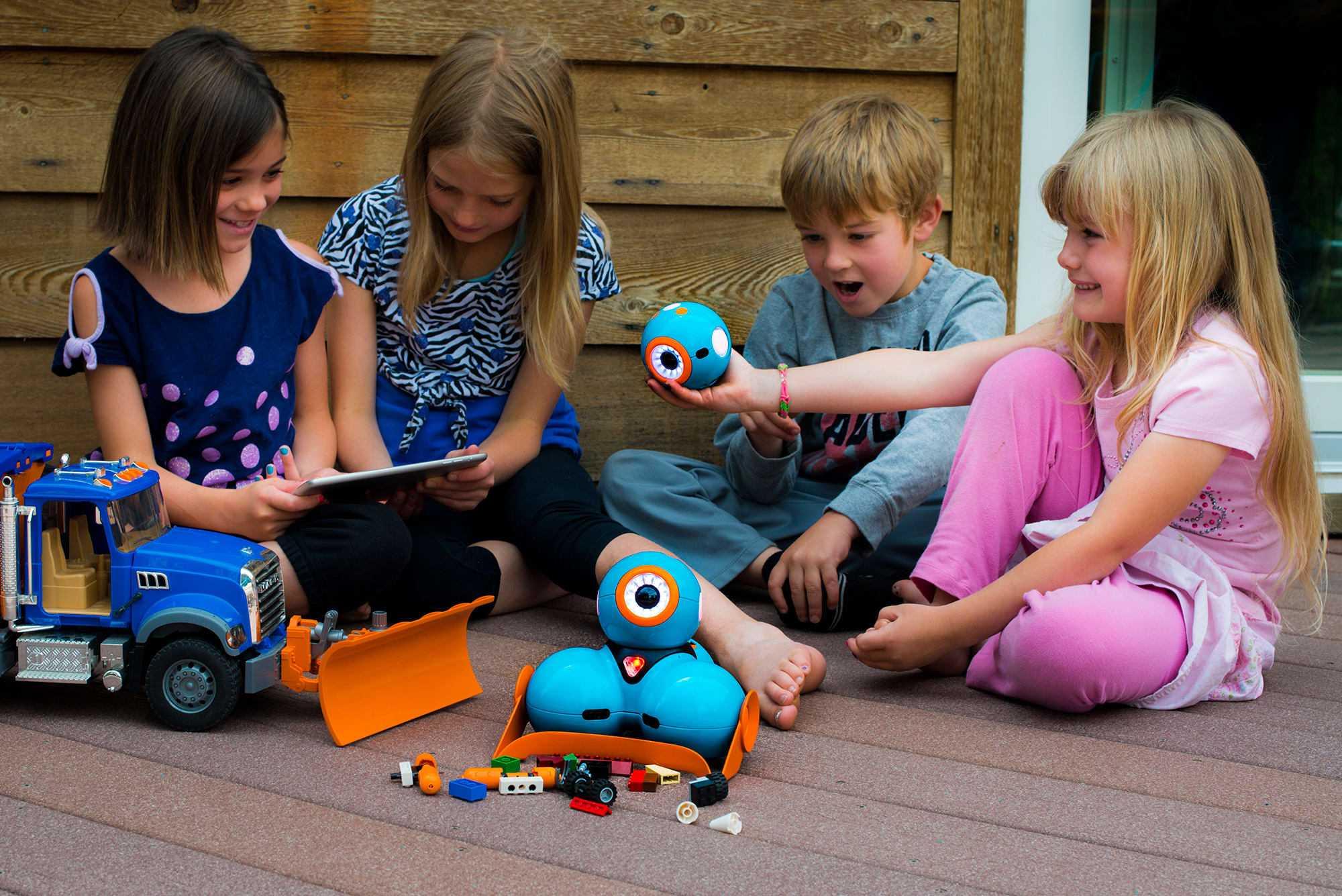 Малыши не всегда любят делиться игрушками, но этому можно постепенно научить, хотя некоторые психологи считают, что этого делать не нужно