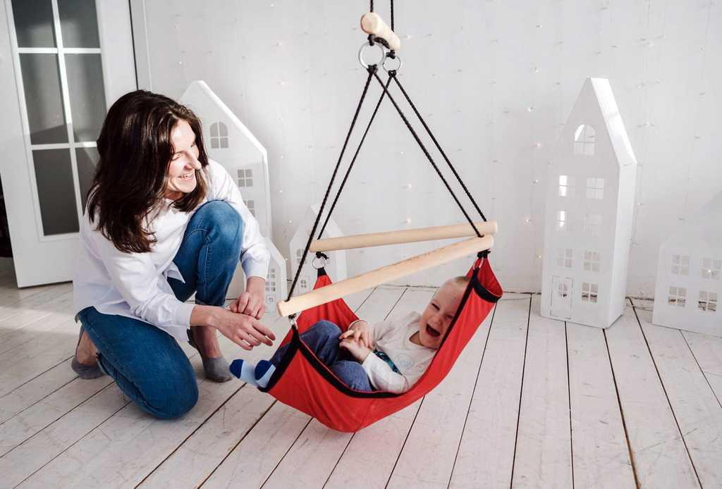 Подвесные детские качели для дома (58 фото): домашние качели для детей с креплением в потолке