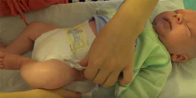 Как долго можно носить подгузник новорожденному. как поменять памперс новорожденному, как часто нужно это делать? как понять, что нужно менять памперс малышу