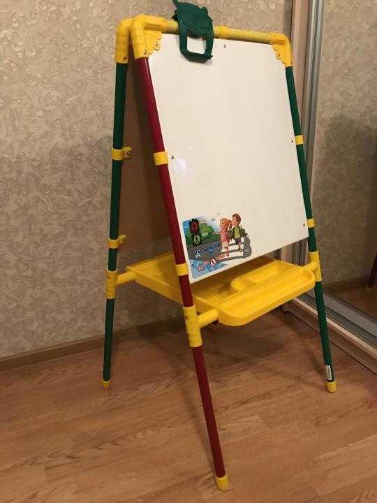 Настольный мольберт (26 фото): размеры детских планшетов для рисования «лира» и pinax, отзывы об изделиях из лдсп
