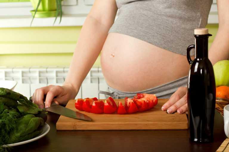 Помидоры (свежие, солёные) при беременности: почему хочется и можно ли есть