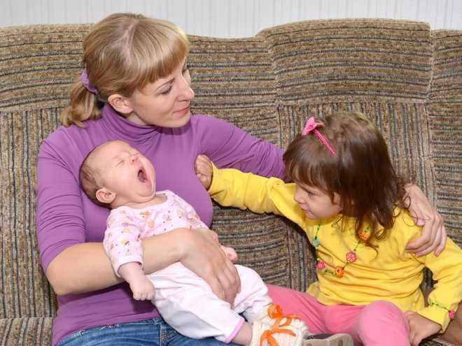 Ревность старшего ребенка к младшему: что делать маме - parents.ru