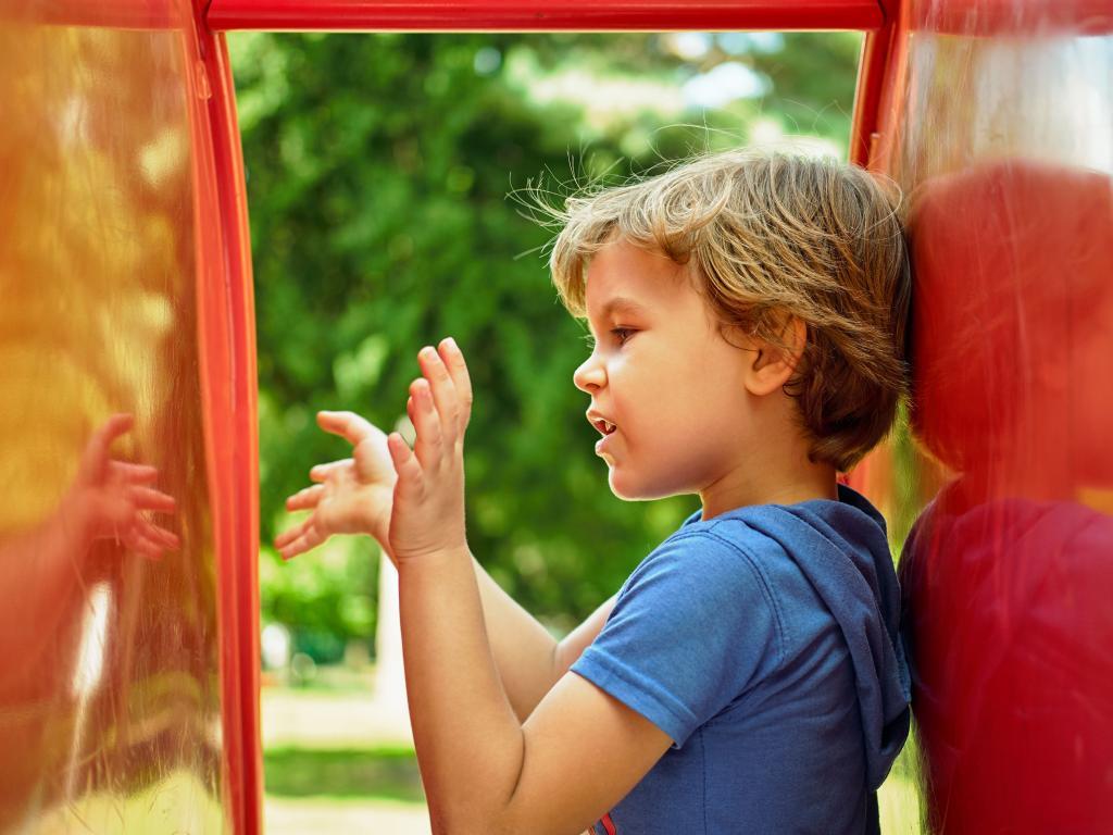 Воображаемые друзья у ребенка: стоит ли беспокоиться родителям? ребенок разговаривает с воображаемым другом. что делать? почему появляется вымышленный друг