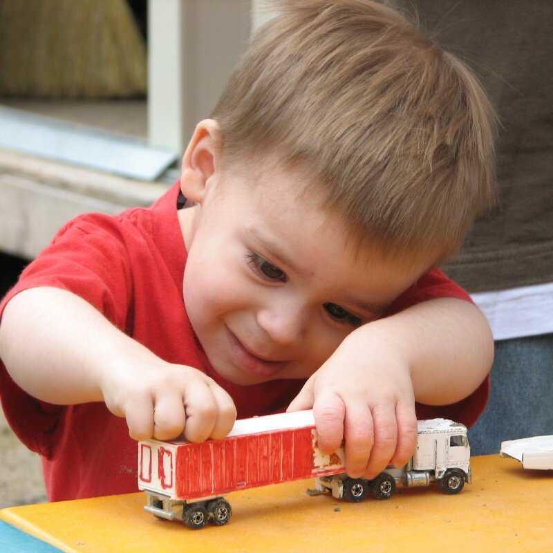 Что делать, если ребенок швыряет и ломает игрушки?