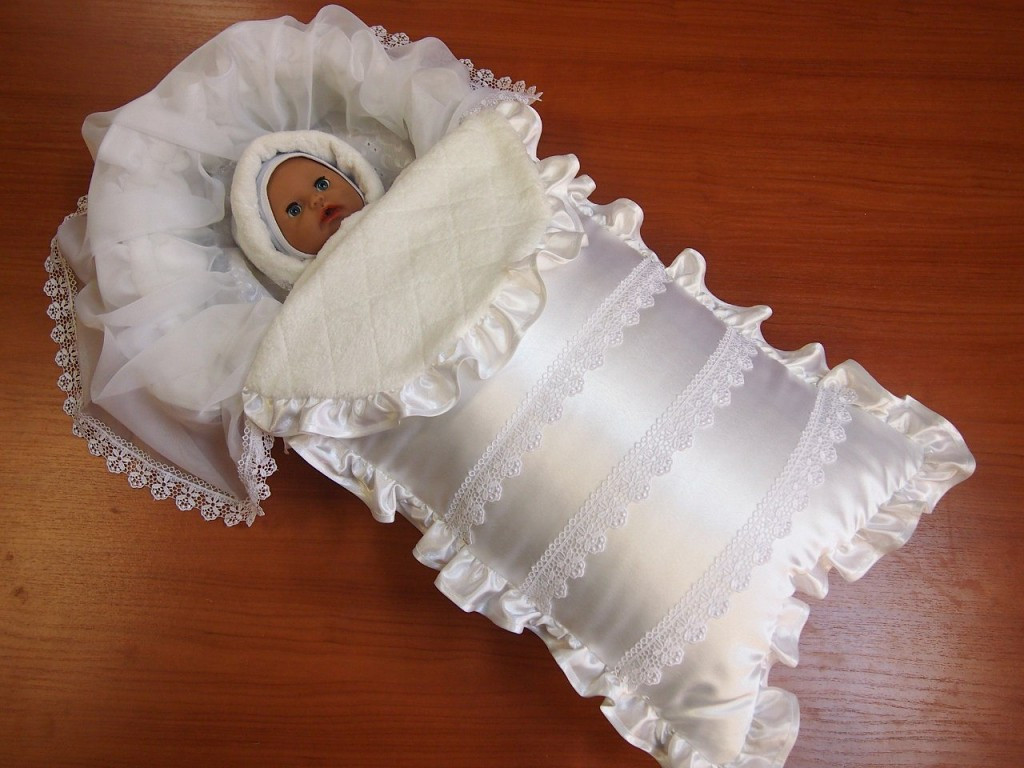 Теплый конверт или зимний комбинезон: что лучше для новорожденного?